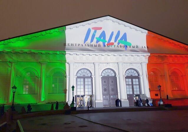 La facciata del centro espositivo Manezh di Mosca, illuminata con i colori della bandiera italiana