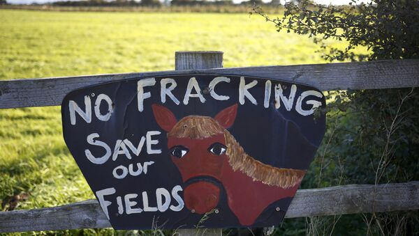 An anti fracking sign hangs on a fence near the village of Roseacre, northern England, October 6, 2016. The British government approved a new shale gas fracking permit on Thursday, overruling a local authority decision and boosting Britain's position as Europe's most promising shale gas exploration ground. - Sputnik Italia