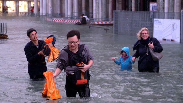 Turisti immersi nell'acqua alta a Venezia - Sputnik Italia