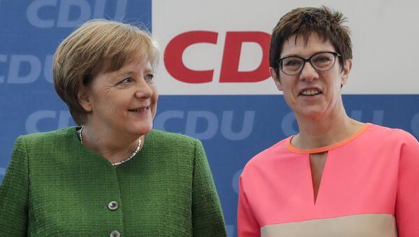 Annegret Kramp-Karrenbauer und Angela Merkel // AP Photo, Markus Schreiber - Sputnik Italia