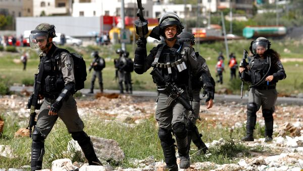 Israeli border police officers walk during clashes with Palestinians near the Jewish settlement of Beit El, near Ramallah, in the occupied West Bank April 13, 2018 - Sputnik Italia