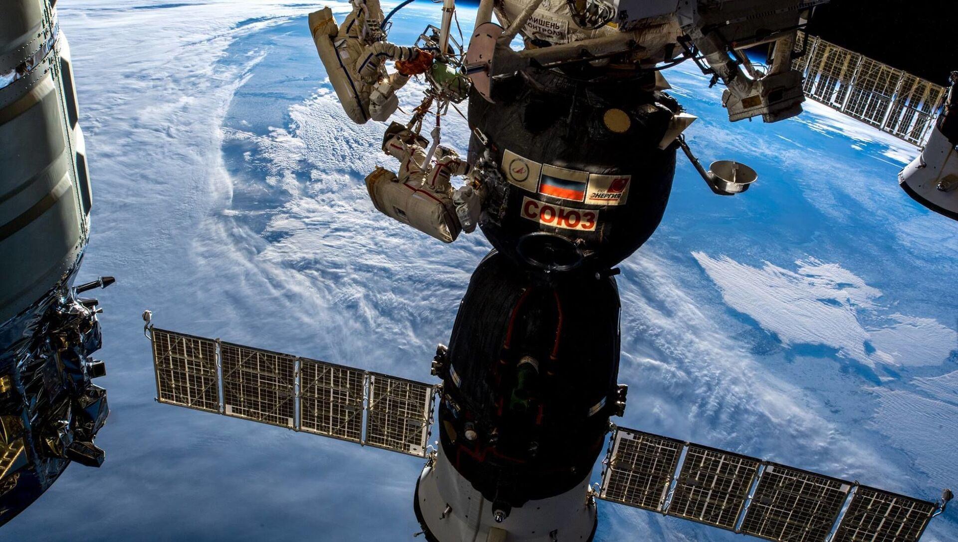 I cosmonauti russi Oleg Kononenko e Sergei Prokopyev nello spazio aperto. - Sputnik Italia, 1920, 03.04.2021