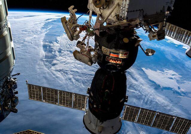 I cosmonauti russi Oleg Kononenko e Sergei Prokopyev nello spazio aperto.