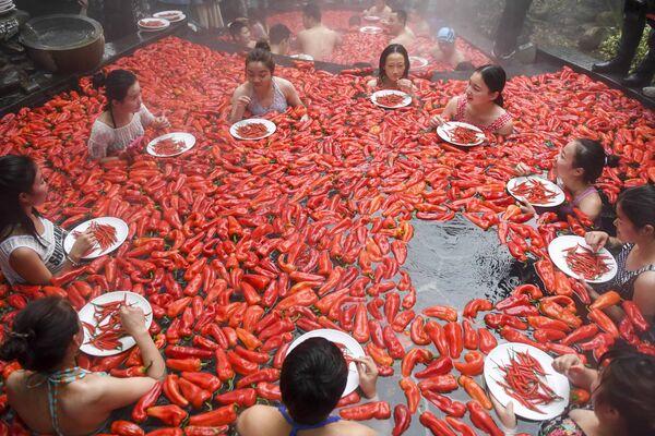 Il competizione del mangiare il pepperoncino in un sorgente termale in Cina - Sputnik Italia
