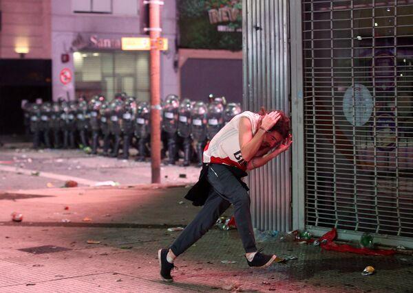 Gli scontri tra la polizia e i tirosi di River Plate a Buenos Aires, Argentina - Sputnik Italia