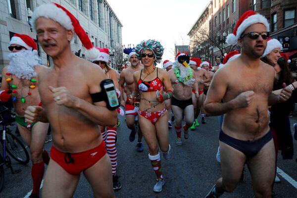 I partecipanti della corsa annuale di Santa Claus a Boston, USA. - Sputnik Italia