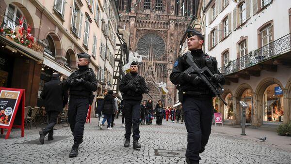 Poliziotti francesi armati in pattugli - Sputnik Italia