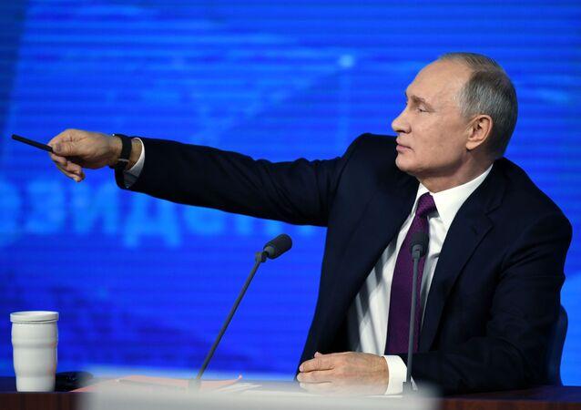 Il presidente Vladimir Putin risponde ad un giornalista