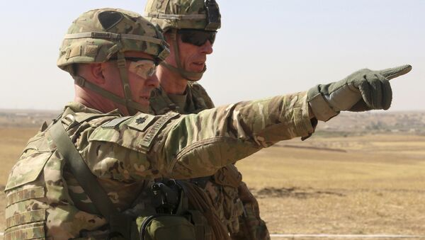 U.S. Army Lt. Col. Ed Matthaidess, commander, left, Task Force Falcon, outlining areas of an Iraqi security forces tactical assembly area to U.S. Army Maj. Gen. Gary J. Volesky, commander, Combined Joint Forces Land Component Command – Operation Inherent Resolve, in northern Iraq, prior to the start of the Mosul offensive. (File) - Sputnik Italia