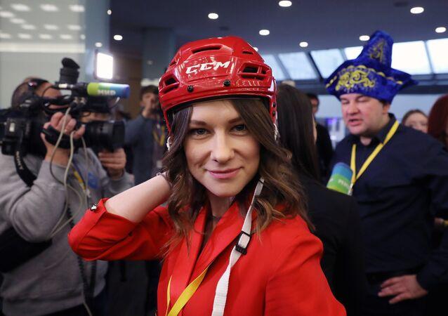 Casco da hockeysta in testa: così questa giornalista si prepara alla conferenza stampa di Putin