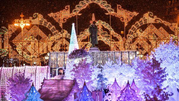 L'illuminazione allestita per Capodanno nell'ambito del festival Viaggio nel Natale  - Sputnik Italia