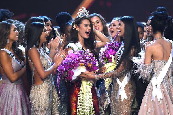 La nuova Miss Universo filippina Catriona Gray riceve i congratulazioni. - Sputnik Italia