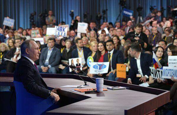 Il presidente russo Vladimir Putin risponde alle domande dei giornalisti nella tradizionale conferenza stampa di fine annoal Centro del Commercio Internazionale di Mosca. - Sputnik Italia