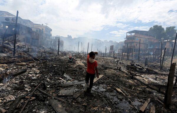 Un bambino al posto dell'incendio nella città di Manaus, Brasile. - Sputnik Italia