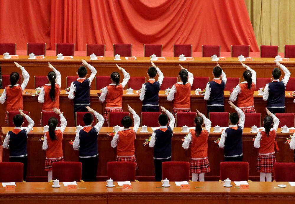 Gli studenti si preparano per il 40' anniversario delle riforme economiche cinesi.