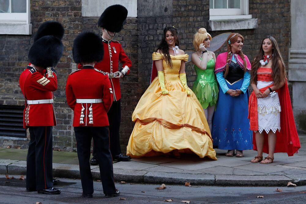 Guardie e ragazze vestite da principesse dei film Disney nel Galles.