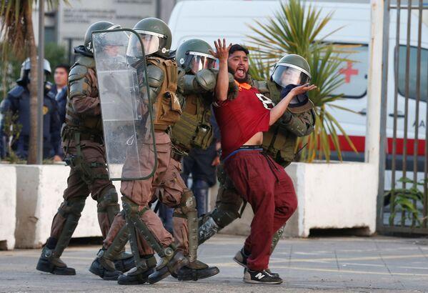 Scaricatore di porto, fermato dalla polizia durante le proteste a Valparaiso, Cile. - Sputnik Italia