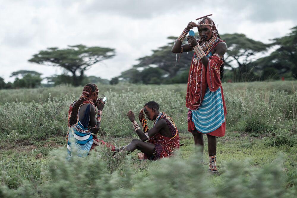 I guerrieri masai si truccano prima delle competizioni al confine tra la Kenya e la Tanzania.