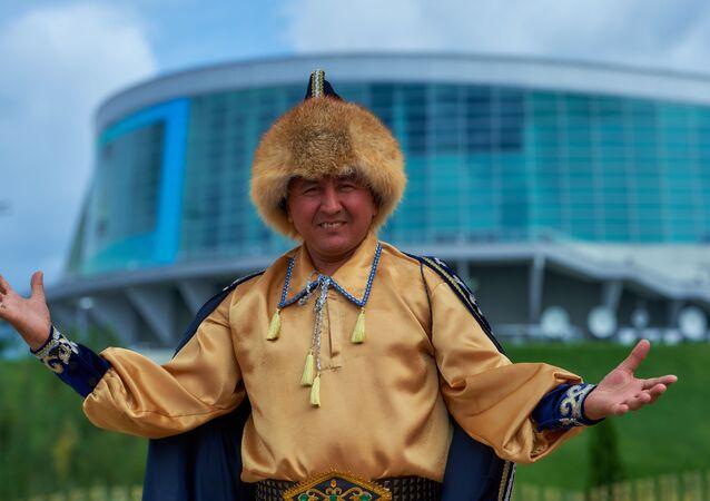 Un abitante della Repubblica del Bashkortostan all'ingresso del parco Batan ad Ufa