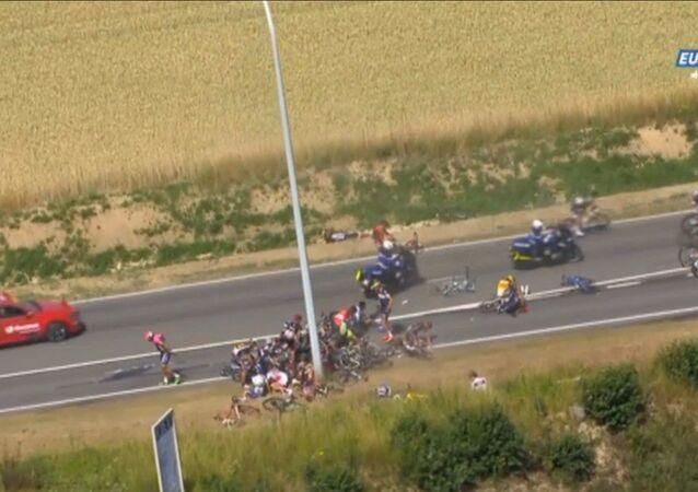 Maxi caduta nella terza tappa di Tour de France