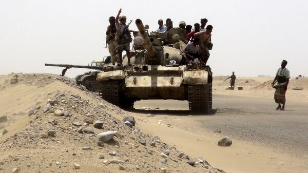 Fighters of the Southern Resistance Committees comb an area at the frontline of their fighting against Houthi fighters in Yemen's southern city of Aden June 17, 2015 - Sputnik Italia