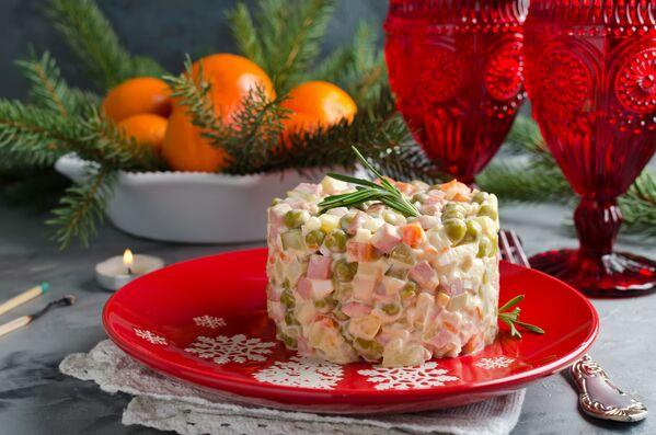 Insalata olivier - immancabile contorno natalizio in Russia (tanto che in Italia viene chiamata insalata russa) - Sputnik Italia