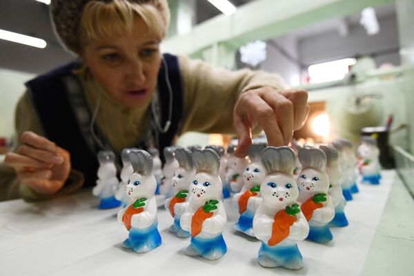 Fabbrica degli addobbi natalizi Biryusinka a Krasnoyarsk. - Sputnik Italia
