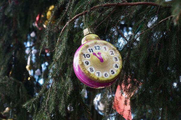 Un lustrino all'albero di Natale nella Piazza delle Cattedrali a Mosca. - Sputnik Italia