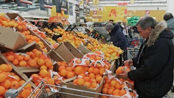 Посетитель выбирает фрукты в одном из магазинов торговой сети Ашан в Москве - Sputnik Italia