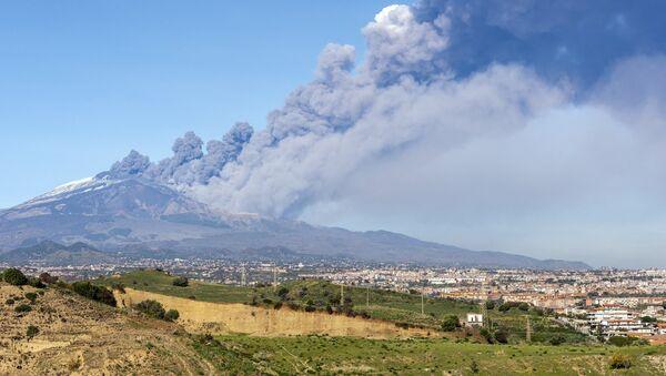 Nube di fumo all'Etna, il 24 dicembre 2018. - Sputnik Italia