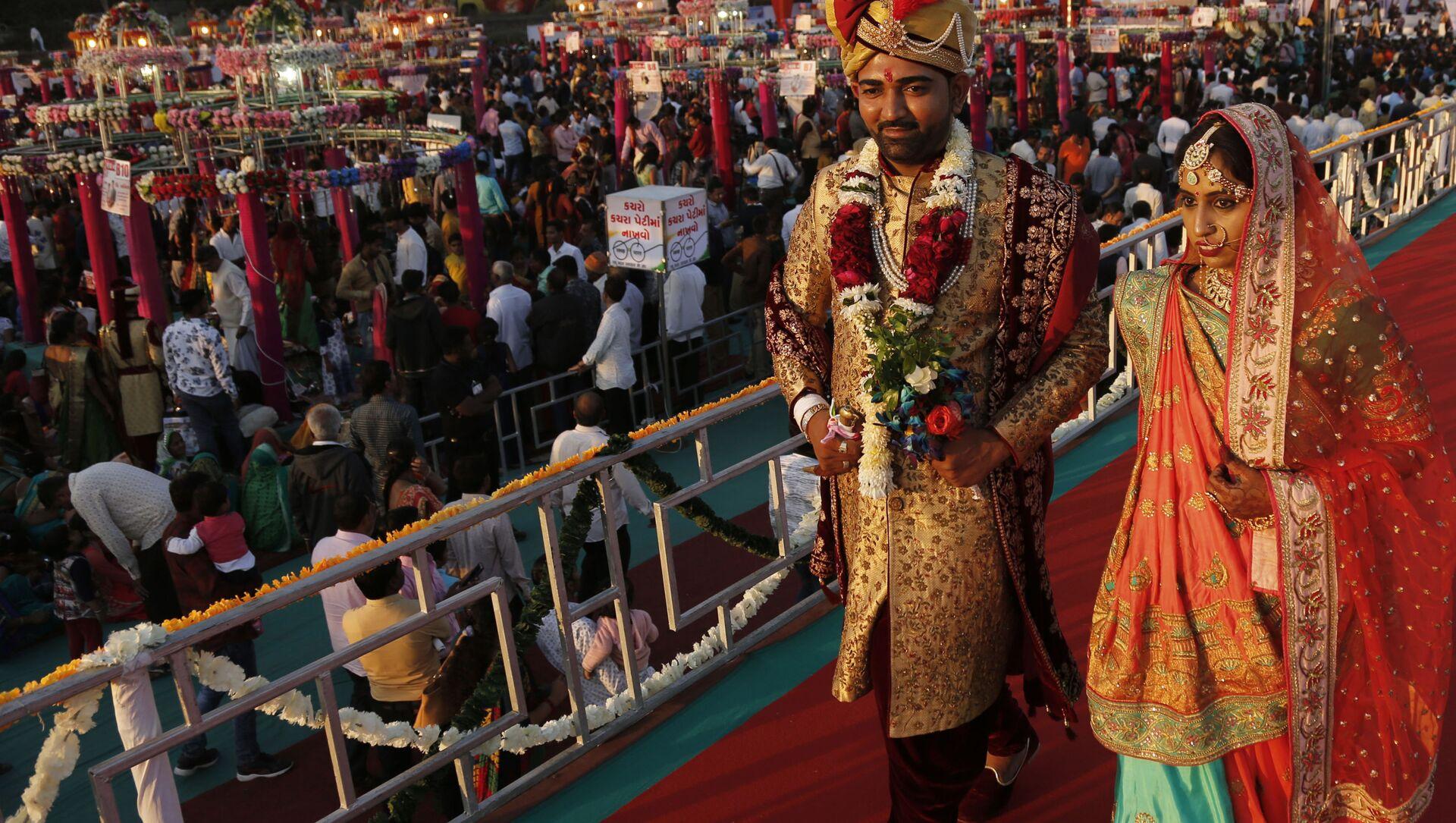 Молодожены после массовой свадебной церемонии в Индии  - Sputnik Italia, 1920, 13.04.2021