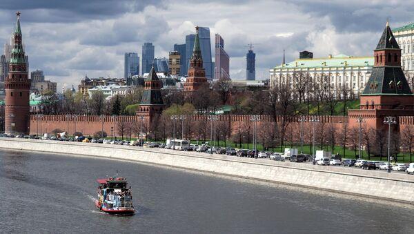 Battello turistico sulla Moscova di fronte al Cremlino - Sputnik Italia