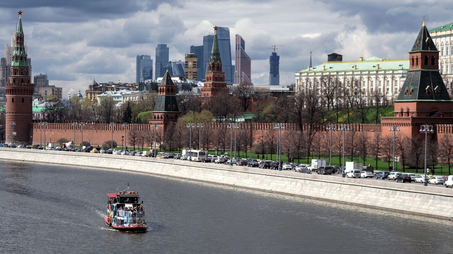 Battello turistico sulla Moscova di fronte al Cremlino - Sputnik Italia, 1920, 12.07.2021