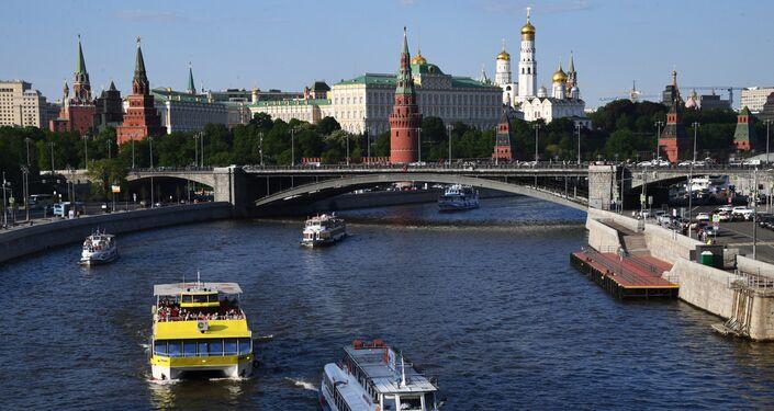 Battelli turistici sulla Moscova sotto il Ponte di Pietra