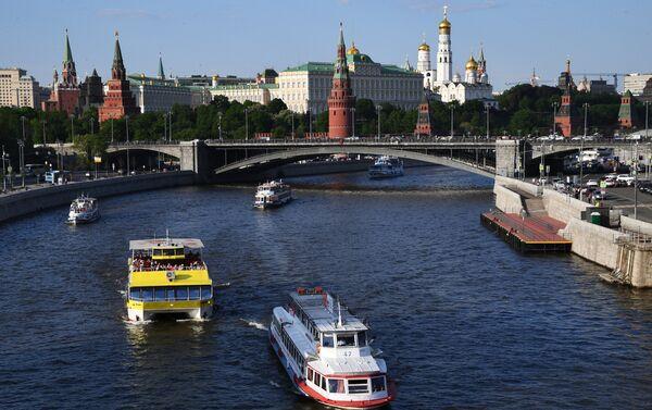 Battelli turistici sulla Moscova sotto il Ponte di Pietra - Sputnik Italia
