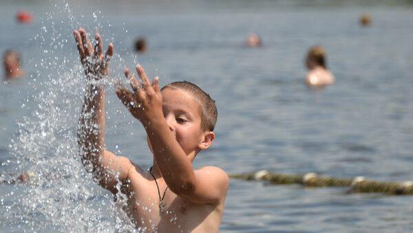Bambino alla spiaggia del laghetto di Akademiceska presso la Moscova - Sputnik Italia