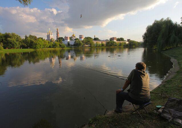 Pescatore sulla Moscova di fronte al Monastero di Novodevici a Mosca