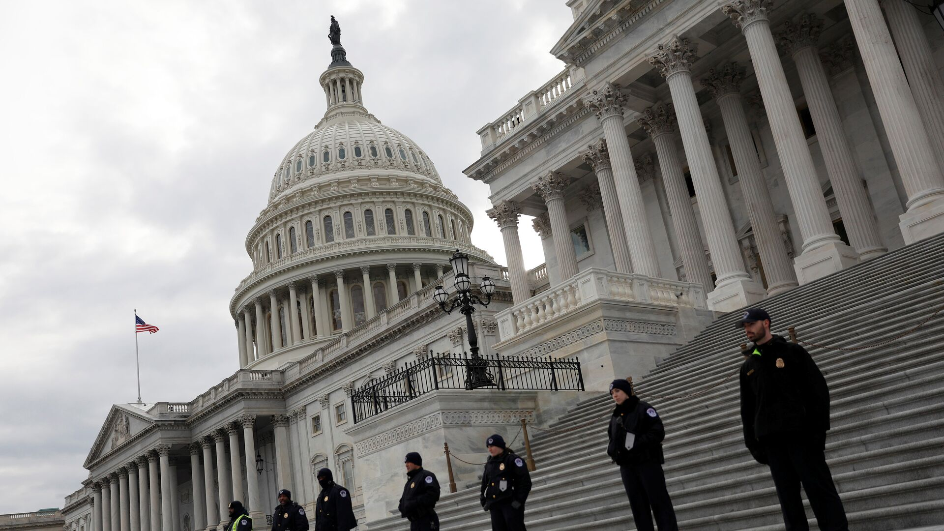Capitol Hill Police officers look on as activists gather at the US Capitol to protest President Donald Trump's executive actions on immigration in Washington January 29, 2017 - Sputnik Italia, 1920, 02.08.2021