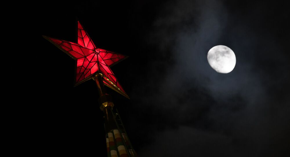 La Luna vista dal Cremlino di Mosca