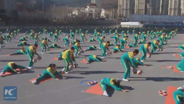 Amazing! Chinese primary school students blend basketball dribbling with yoga - Sputnik Italia
