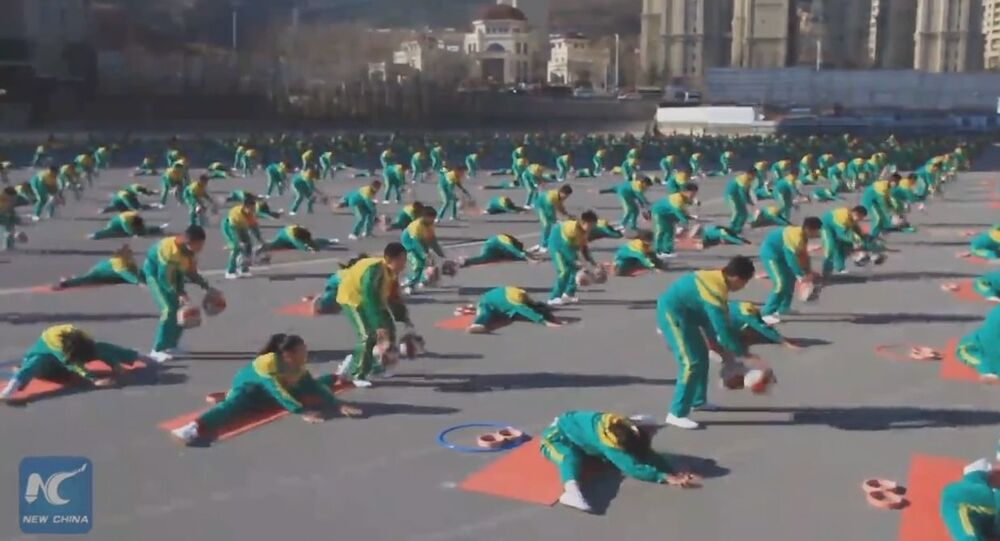 Amazing! Chinese primary school students blend basketball dribbling with yoga
