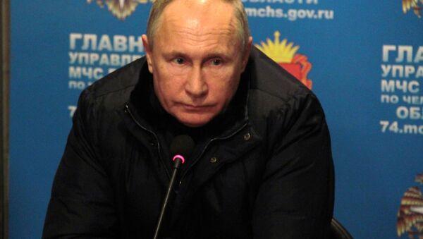 Президент России Владимир Путин проводит совещание в оперативном штабе МЧС на месте взрыва газа в жилом доме в Магнитогорске - Sputnik Italia