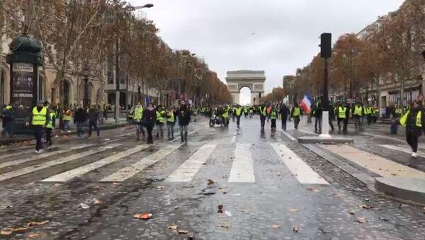 Les gilets jaunes près de l'Arc de Triomphe: des décombres qui brulent, des barricades qui se forment - Sputnik Italia