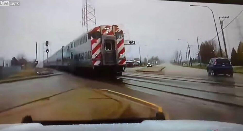 USA, collisione tra auto della polizia e treno evitata per un soffio
