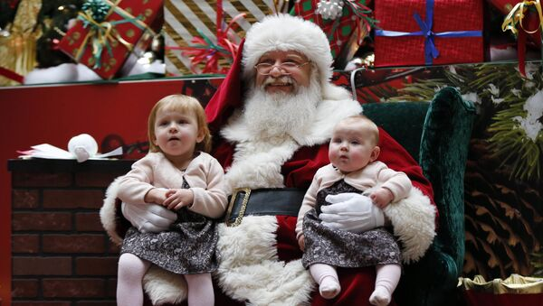 Un Babbo Natale a lavoro in un centro commerciale - Sputnik Italia