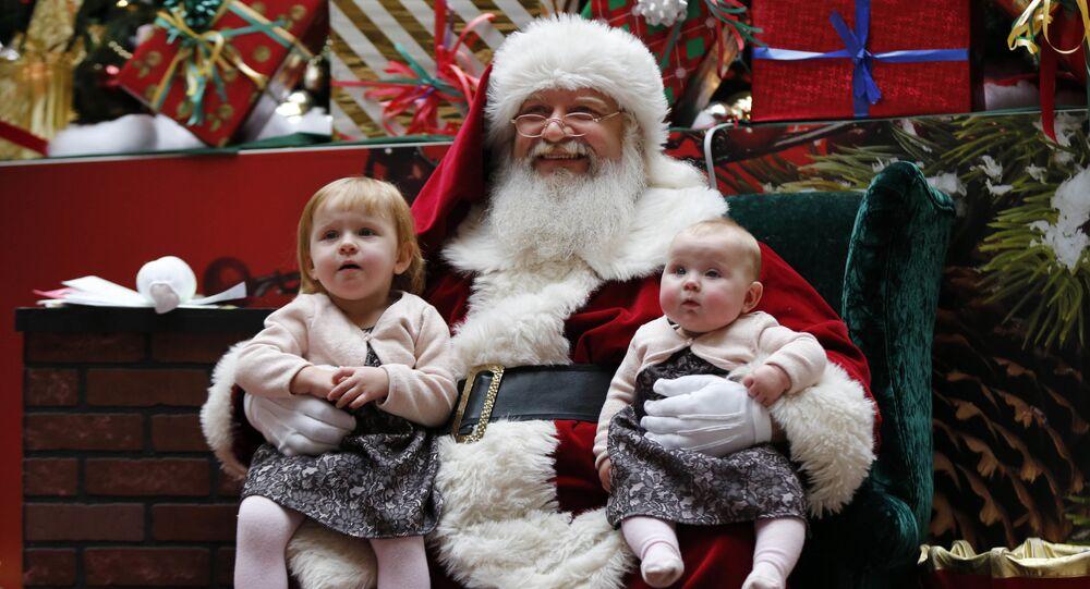 Un Babbo Natale a lavoro in un centro commerciale