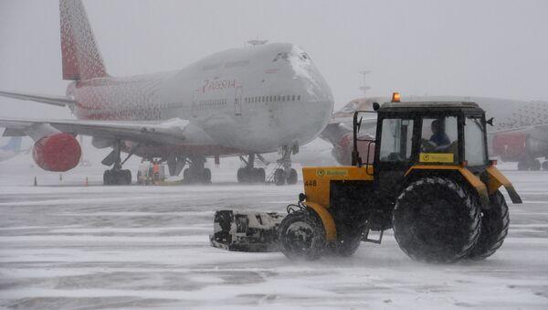 Уборка снега в аэропорту Внуково - Sputnik Italia