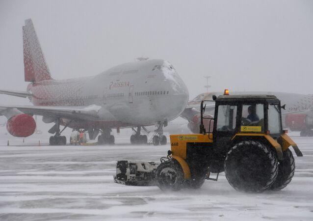 Neve all'aeroporto Vnukovo di Mosca