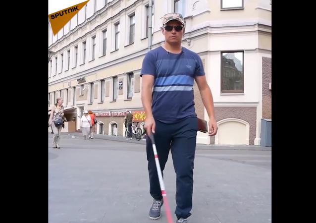 Un esperimento: una persona cieca si lascia cadere di mano il portafoglio