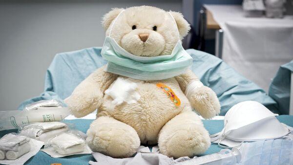 Игрушка медведя в детской больничной палате - Sputnik Italia